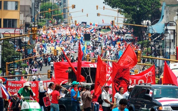 manifestantes con banderas en el centro de san josé