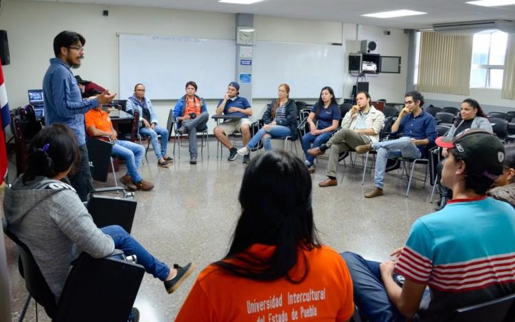 Imagen de varios estudiantes escuchando una charla