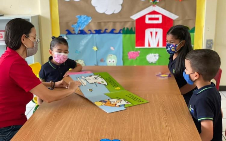 Niños del TipTEC, en clases, con una de sus maestras.