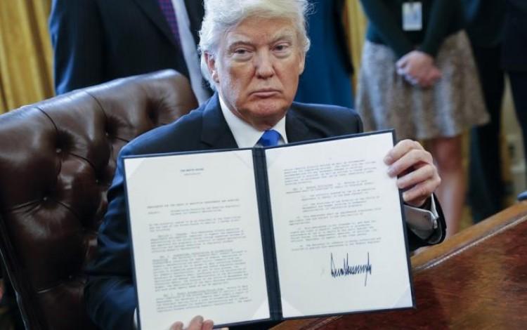 donald_trump_mostrando_un_documento_