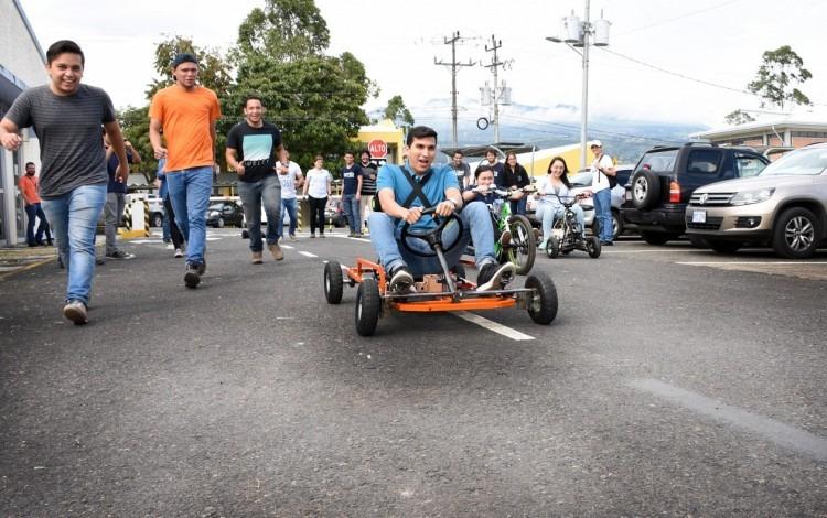 Estudiantes de la carrera de Ingeniería en Mecatrónica se encuentran observando y probando un vehículo tipo go kart.