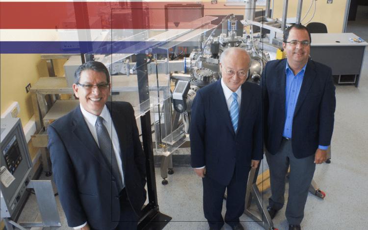 Amano junto a exrector e Iván Vargas en laboratorio de plasma