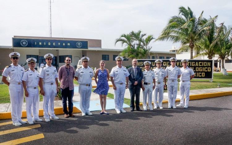 Los tres investigadores costarricenses posan junto a nueve militares mexicanos, todos con uniforme blanco.