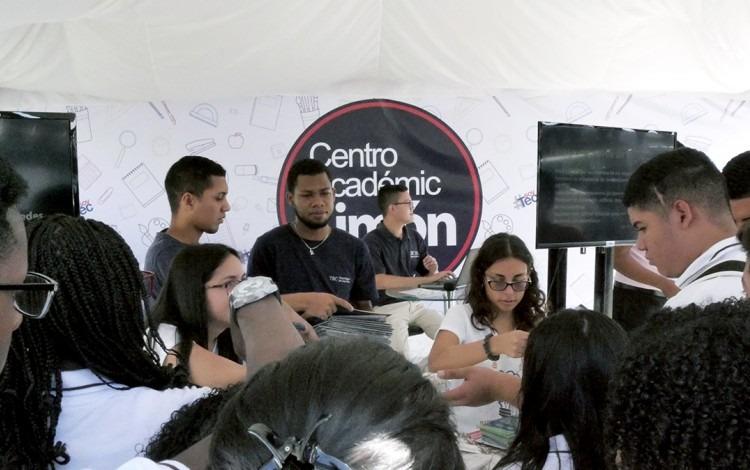 Estudiantes en el Centro Académico.