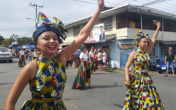 mujeres bailando en pasacalle