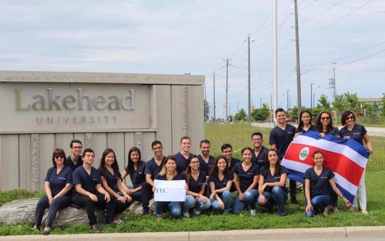 estudiantes costarricenses posan en fotografía con bandera de Costa Rica.