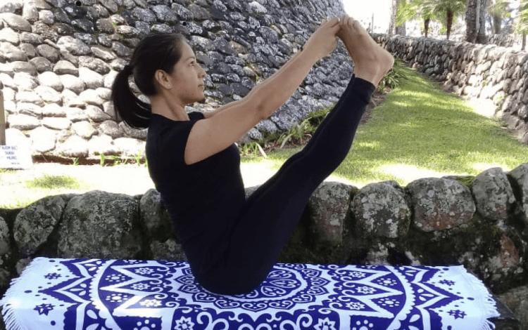 imagen de una mujer haciendo yoga.