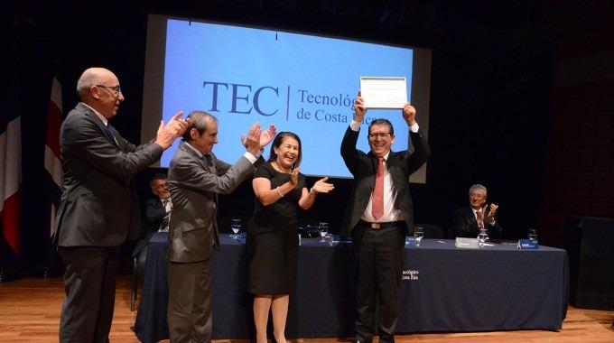 Julio Calvo levanta la acreditación con los aplausos de la Ministra de Educación y otras autoridades.