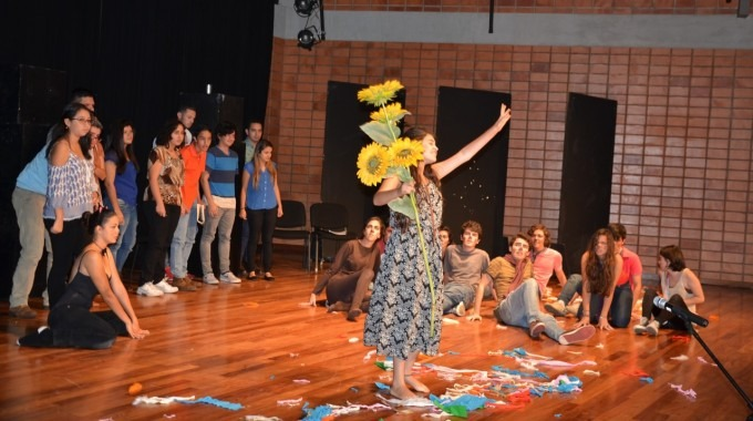 estudiantes_actuando_en_centro_de_las_artes_