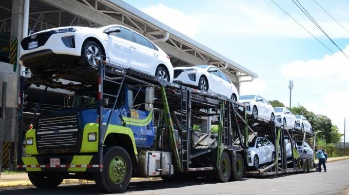 Los vehículos montados en un camión.
