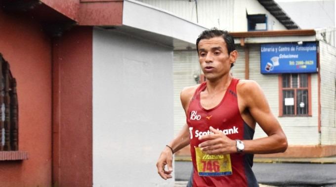 Javier Fernández corriendo en carretera.
