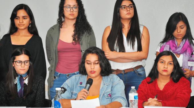 estudiantes en conferencia de prensa