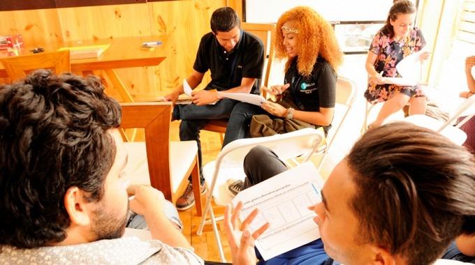 estudiantes en grupo hablando