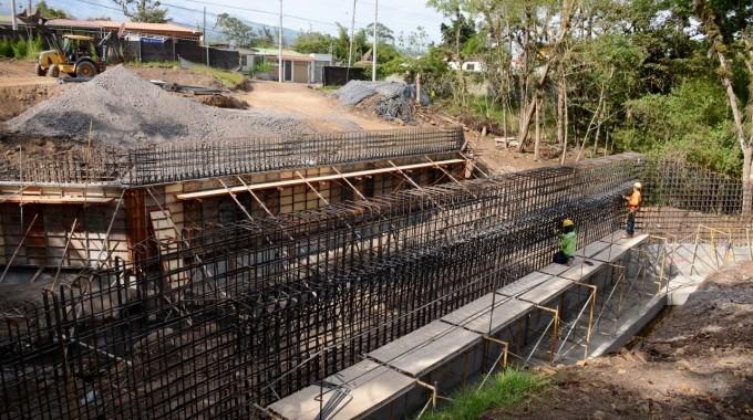 imagen de dos hombres trabajando en una construcción