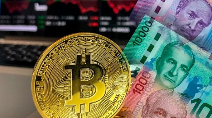 moneda de bitcoin con billetes de costa rica