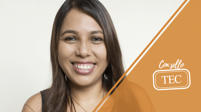 Alejandra Mendoza sonriendo.