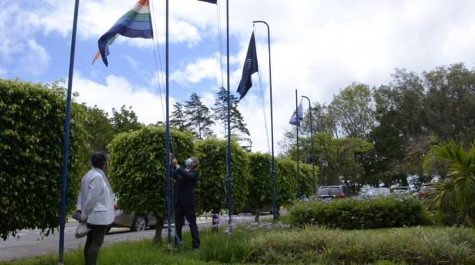 Imagen de las banderas del TEC y de Costa Rica, junto a la de la diversidad.