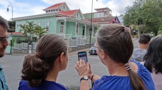 imagen de dos personas observando Casa Verde.