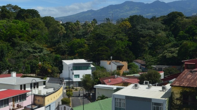 Vista de la pared boscosa que bordea el río Torres a la altura de Barrio Amón en San José