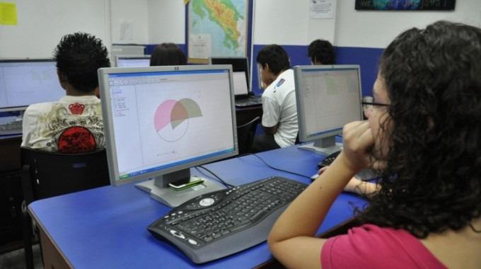 estudiantes en una computadora