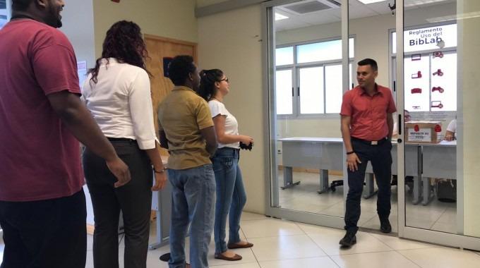Funcionarios hacen fila para votar.