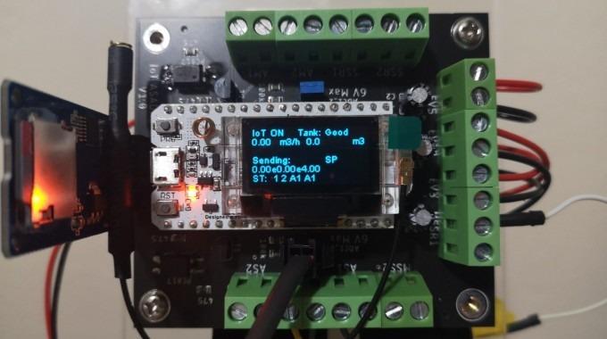 Varios circuitos integrados con una pantalla que dice IoT.