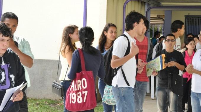 estudiantes_caminando_por_el_pasillo_