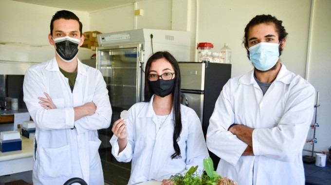 Los tres jóvenes posan para la fotografía en uno de los laboratorios del TEC