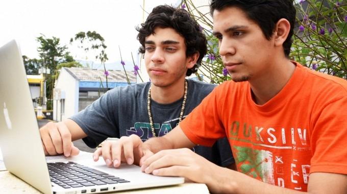 dos estudiantes frente a computadora