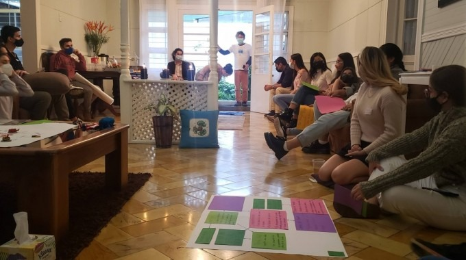 Imagen de varios estudiantes del Capítulo Estudiantil realizando actividades de difusión química.