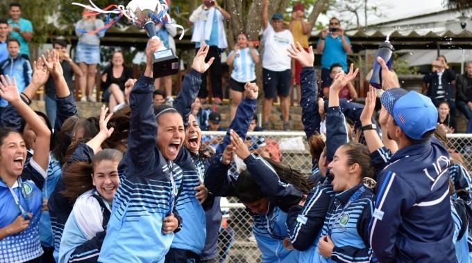 Las futbolistas de la UCR celebran el campeonato.