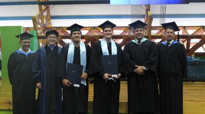 estudiantes_durante_acto_graduacion_tec_san_carlos_