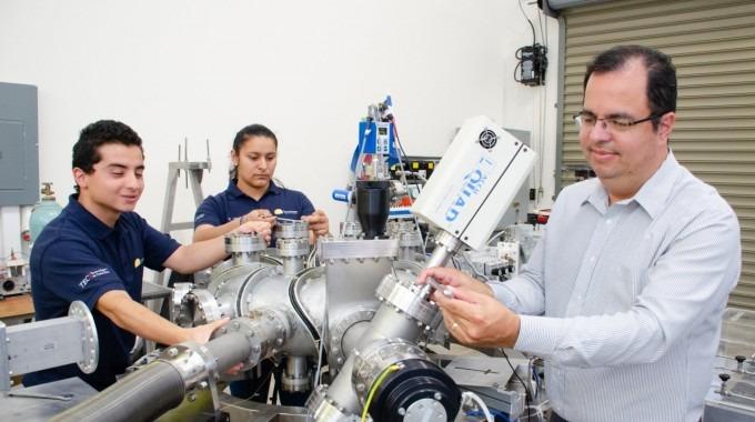 Iván Vargas en un laboratorio