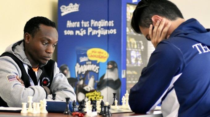 Dos jugadores de ajedrez frente al tablero.