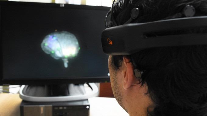 Imagen de un hombre con un equipo especial en la cabeza, para el cerebro.