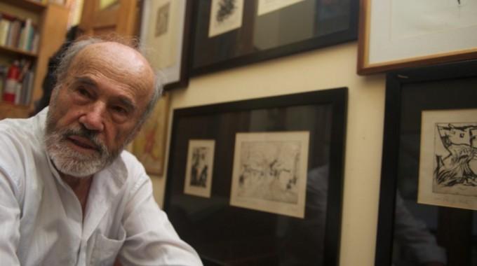 Juan Luis Rodríguez junto a algunas de sus obras.