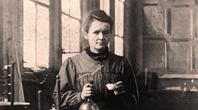 Imagen de una mujer posando para la fotografía. Se trata de la científica Marie Curie.