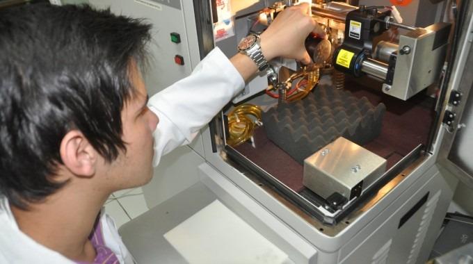 joven en laboratorio