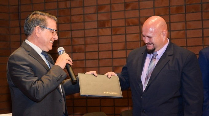 El rector, Julio César Calvo Alvaradotrasladó el Certificado de Acreditación al director de la Escuela de Agronegocios,máster Carlos Robles Rojas.