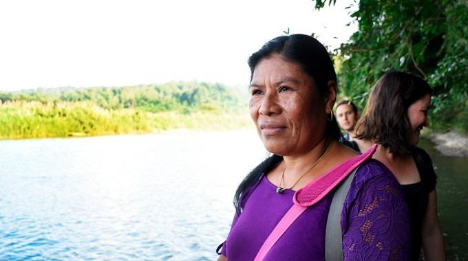 mujer al margen del rio en talamanca