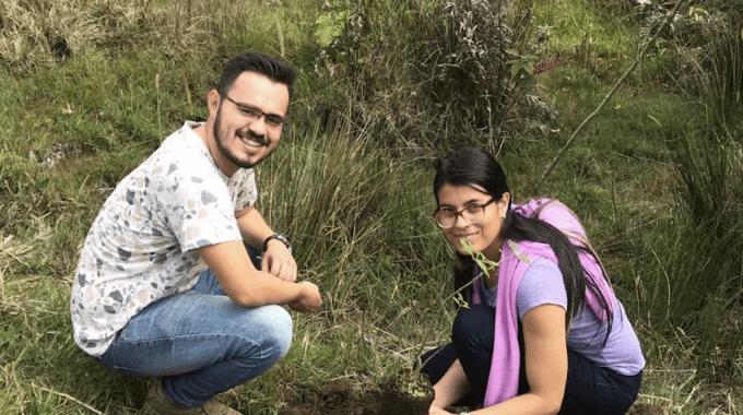 imagen de un hombre y una mujer sembrando  un árbol