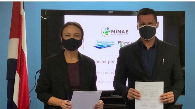 Andrea Meza Murillo, ministra de Ambiente Energía y Juan Felipe Macías González, gerente general de la Compañía de Galletas Pozuelo durante la firma del acuerdo.