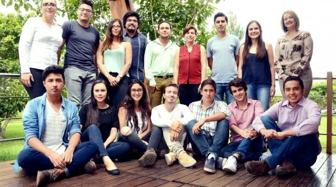 estudiantes_emprendedores_junto_profesores_tec_