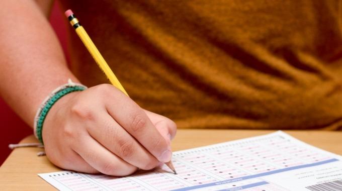 imagen de un estudiante realizando un examen .