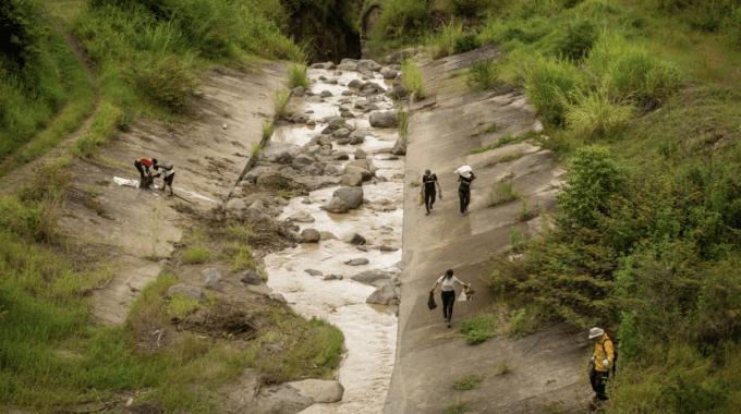 Imagen de varias personas recolentando basura del Río Torres.