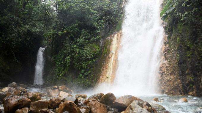 Se observan dos cataratas y aguas cristalinas.