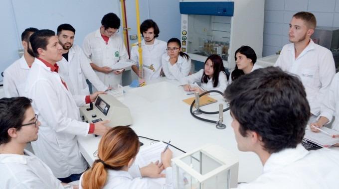 Imagen de varios estudiantes con el profesor en el laboratorio.