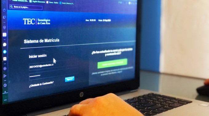 manos de persona en computadora que muestra sistema matricula del tec