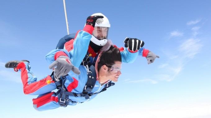 Dos personas en paracaídas.