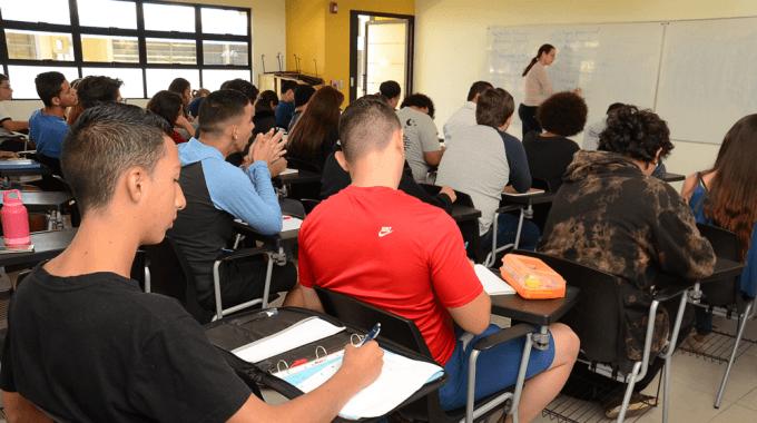 Sloder Arguedas, estudiante de primer ingreso proveniente de Ticaban de Guápiles, en su primera clase del curso de Matemática Discreta. Foto: Ruth Garita.